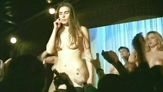 सुनहरे बालों वाली 69 एक वीडियो में फुल सेक्सी फिल्म मुद्रा में एक दोस्त चाट